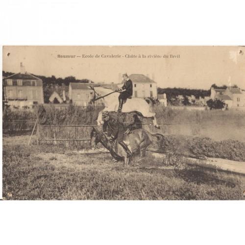 """CPA Saumur """"Ecole de Cavalerie""""Chute à la rivière du Breil"""